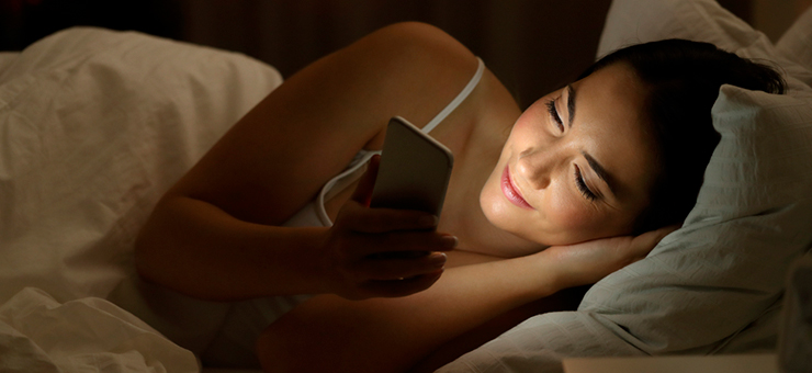 mujer con un celular