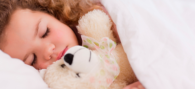 niña durmiendo con peluche