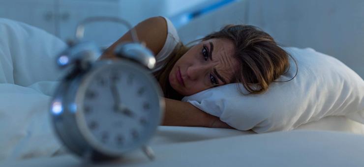 mujer cama reloj