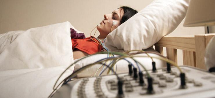 mujer durmiendo polisomnografía