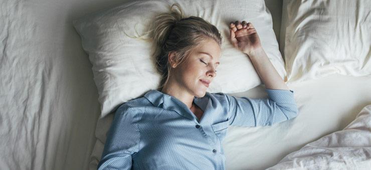 dormir mujer colchon