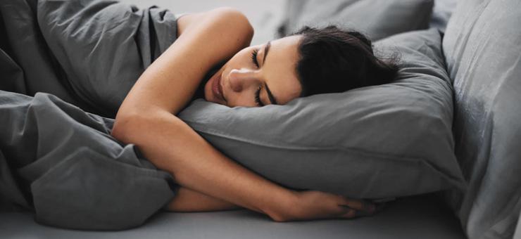 mujer cama colchon