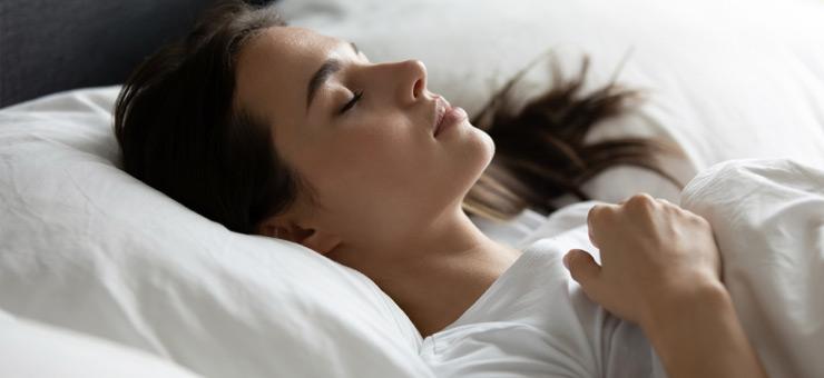 mujer dormir colchon