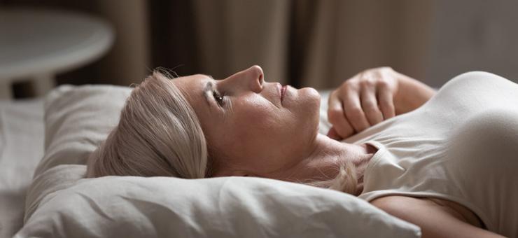 mujer cama despierta