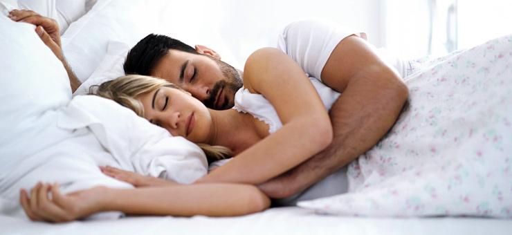 pareja dormir cama